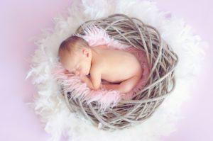 abnehmen-nach-der-schwangerschaft-baby-im-Korb